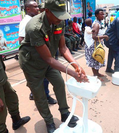 Coronavírus: Ruanda tem pias para lavar as mãos antes de entrar em ônibus