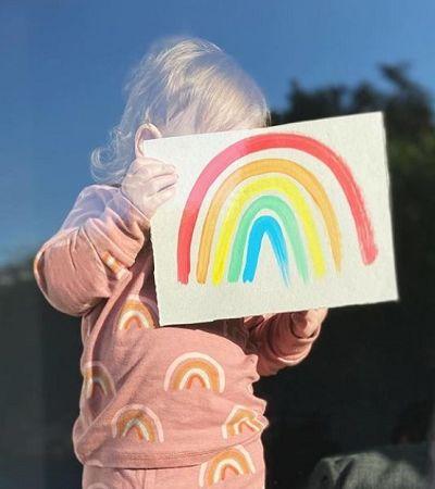 Crianças exibem pinturas de arco-íris nas janelas para alegrar colegas no Reino Unido