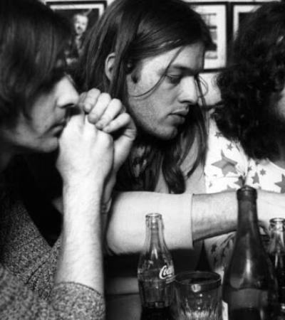 Fotos incríveis de bastidores dos músicos mais bombados dos anos 1970