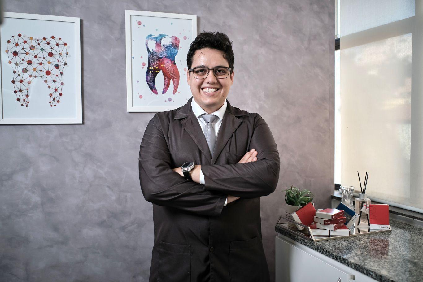 Vinicius Garcia Araújo aparece de braços cruzados em seu consultório