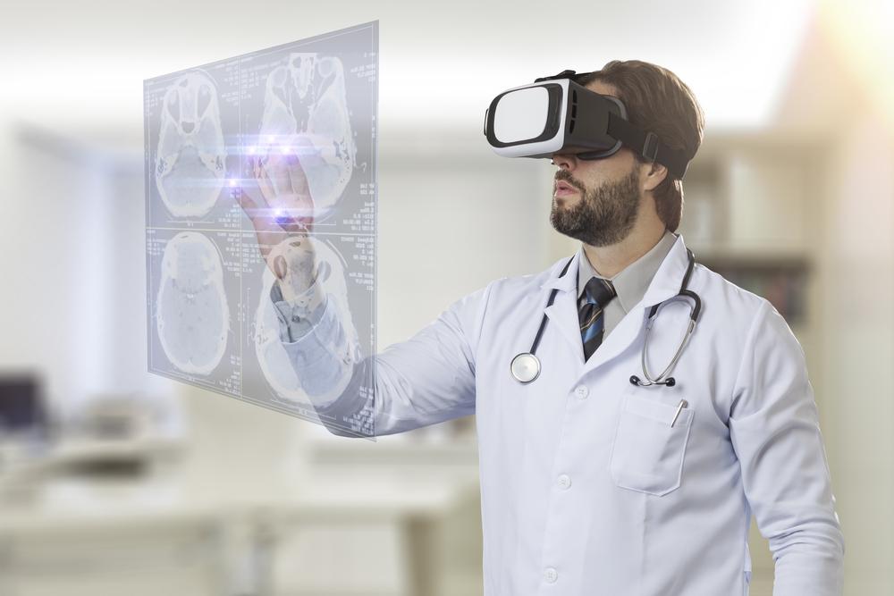 Médico mexe em lâminas virtuais em uma projeção touch screen