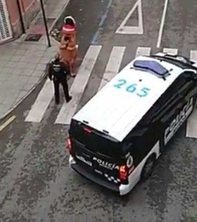 Polícia prende homem dando rolê na rua vestido de T-Rex durante quarentena na Espanha