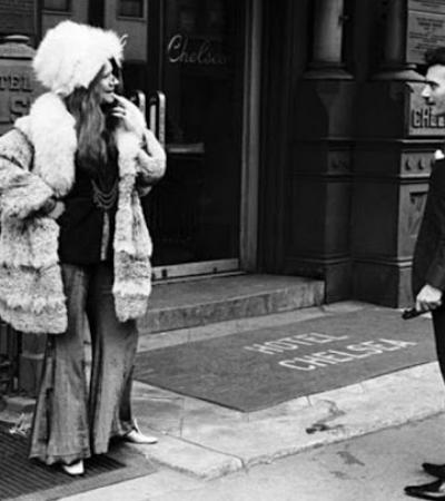 Fotos de Janis Joplin curtindo uma brisa do lado de fora do Hotel Chelsea em 1969