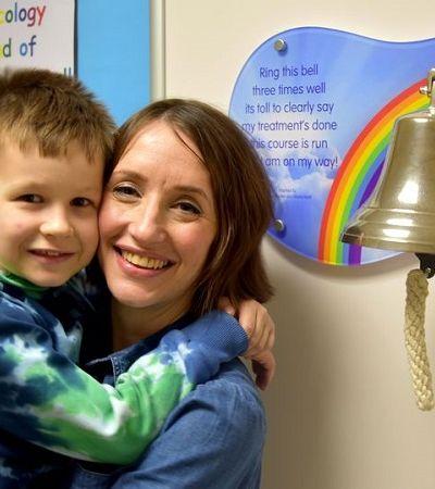 Diagnosticados com câncer ao mesmo tempo, mãe e filho se curam juntos