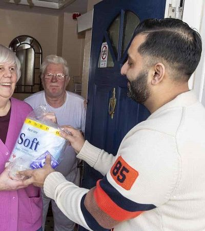 Dono de mercadinho doa e entrega produtos para idosos se prepararem para quarentena