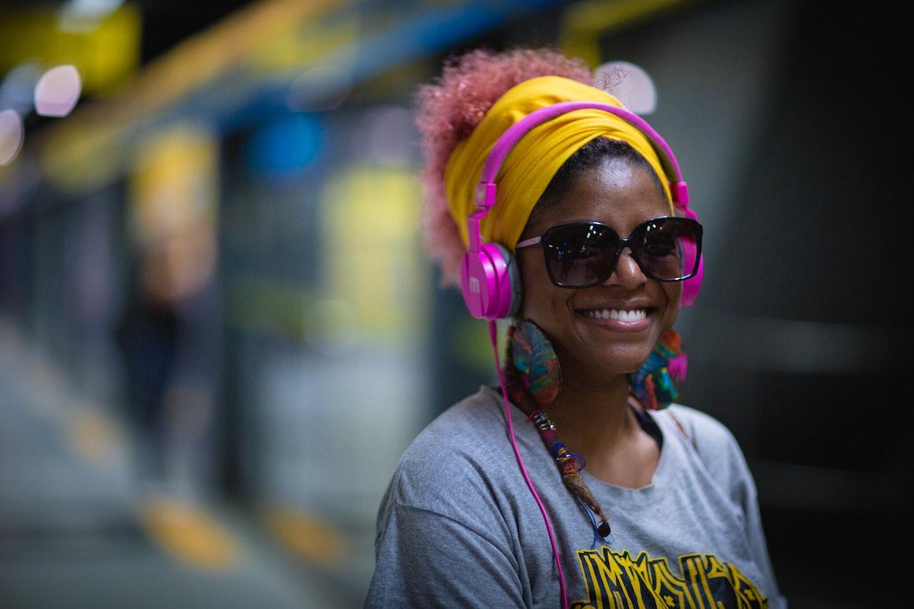 mulher com headphone