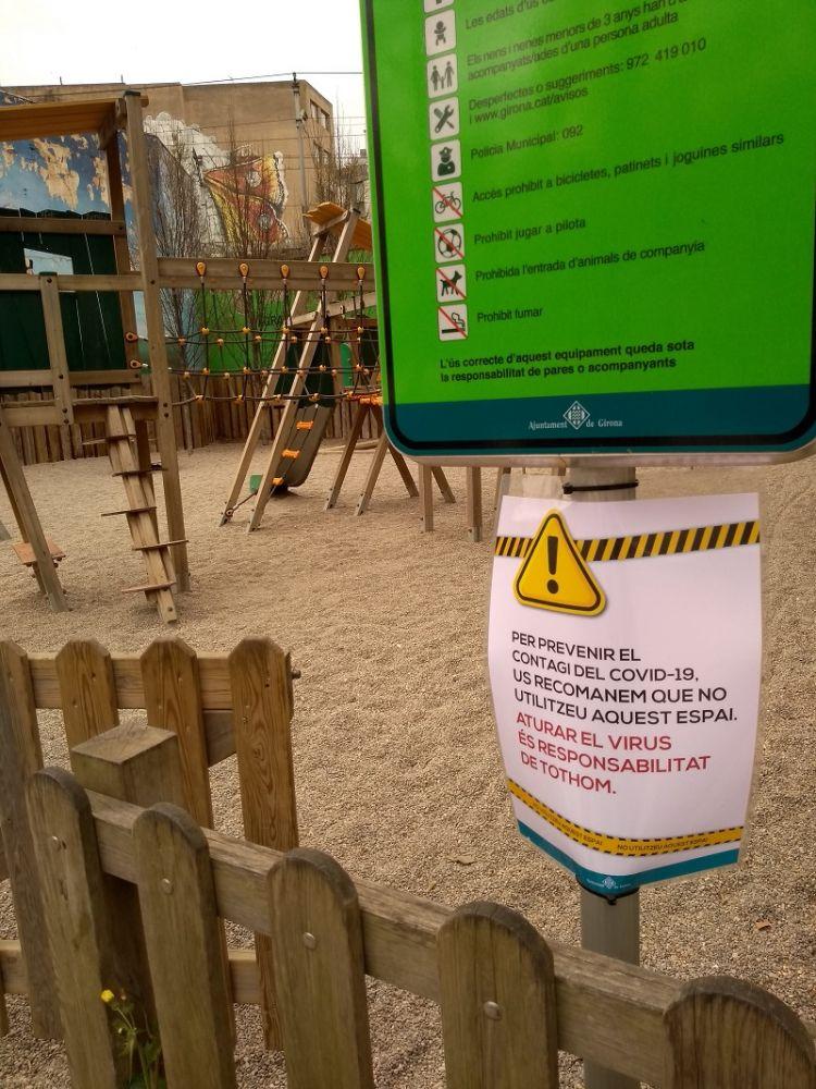Parque infantil com um cartaz que avisa que a entrada não é recomendada