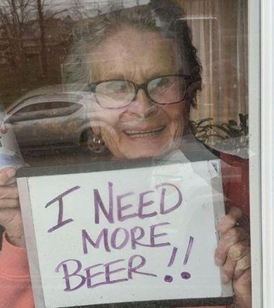 Quarentena: idosa de 93 anos viraliza ao pedir que vizinhos comprem cerveja