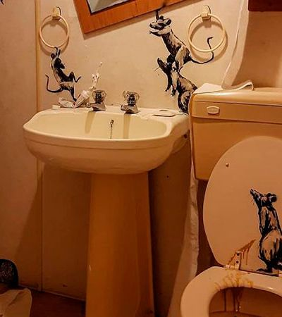 Banksy faz arte no banheiro e brinca com vida de casado na quarentena
