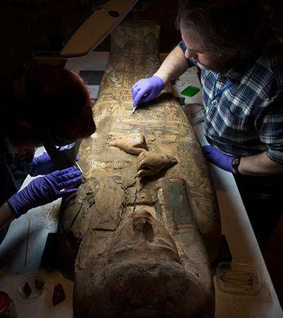 Pinturas que remetem a deusa egípcia são encontradas sob múmia em caixão de 3 mil anos