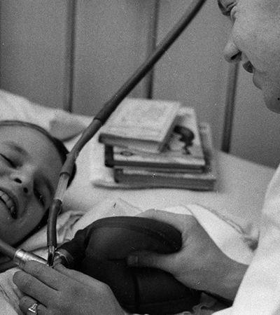 A epidemia que criou a UTI e deu início ao uso dos ventiladores para respiração