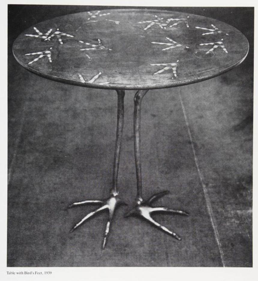 Mesa com pés de ave