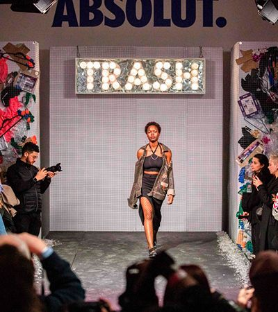 Última Semana de Moda de Londres teve passarela feita com lixo de bares e oceano