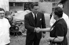Nelson Rockefeller com Edith de Magalhães Fraenkel no canteiro de obras do edifício que abrigaria as instalações da Escola de Enfermagem de São Paulo, atualmente, EEUSP.