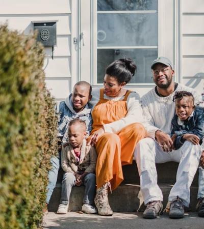 Fotógrafo registra gratuitamente amor e união de famílias em tempo de isolamento social