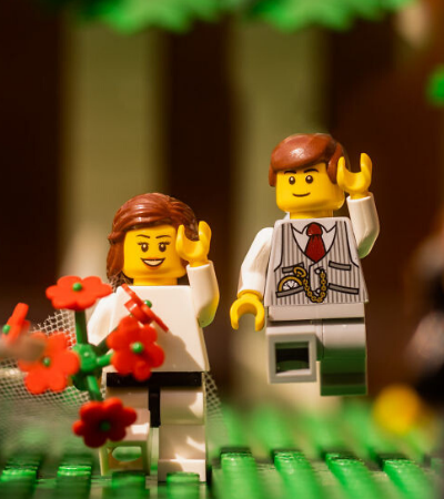 Fotógrafo de casamento em quarentena cria ensaio romântico hilário com LEGO