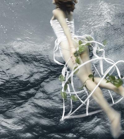 Fotógrafa usa própria piscina para uma delicada série de fotos subaquáticas