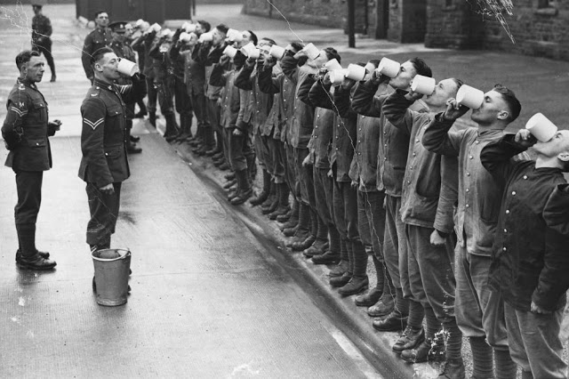Fila de soldados em Cardiff realiza um gargarejo