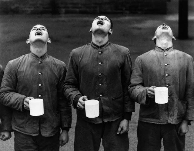 Três soldados do País de Gales gargarejando em 1937