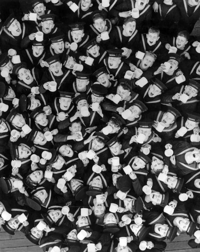 Foto de cima em que podemos ver os rostos de cerca de 30 soldados gargarejando
