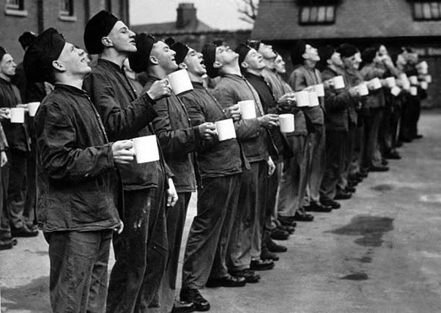 Soldados britânicos em linha gargarejando