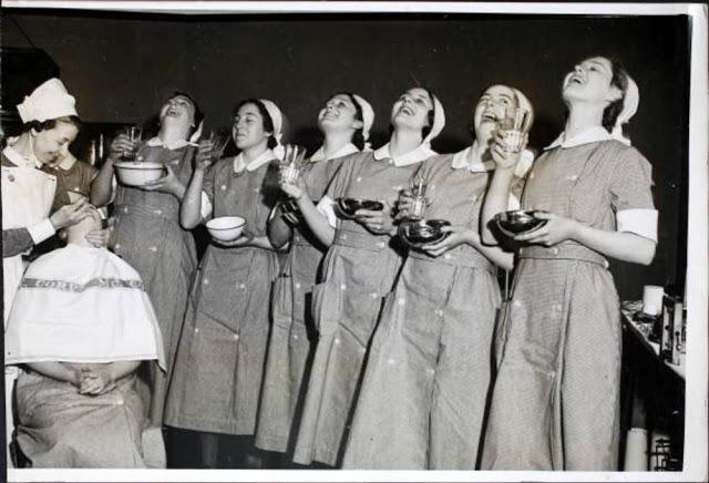 Enfermeiras gargarejando em Manchester com uma expressão de felicidade