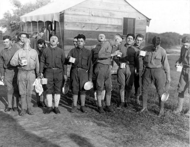 Soldados gargarejam para se proteger da gripe espanhola