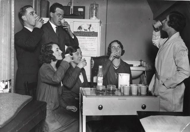 Equipe da empresa Mutual Property Insurance Co., de Londres, gargarejando em 1932