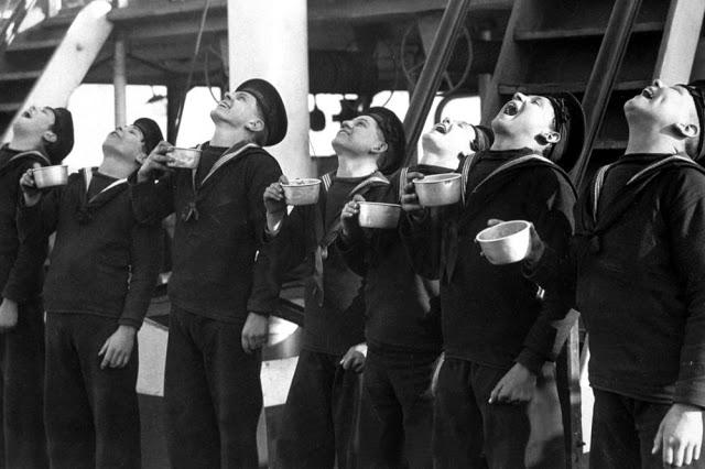 7 marinheiros gargarejando em 1933