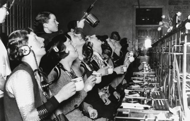 Telefonistas gargarejando durante o trabalho em Londres em 1933