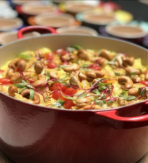 Panela de arroz com açafrão, castanhas e tomates