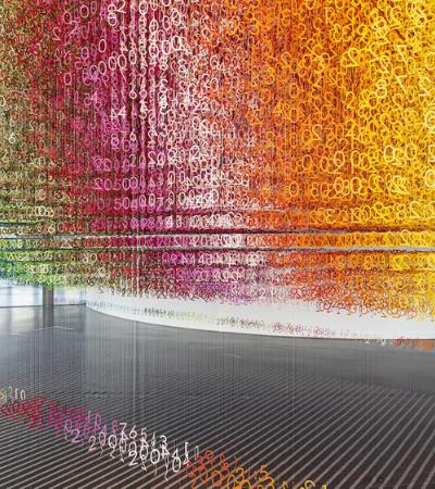 Instalação com 168 mil números coloridos suspensos simboliza a impermanência do tempo