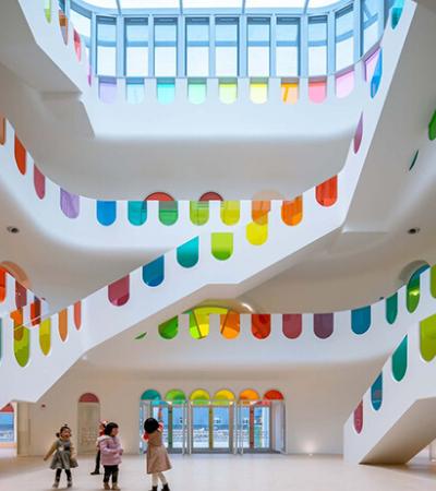 Este jardim de infância composto por 483 painéis de vidro colorido é apenas maravilhoso