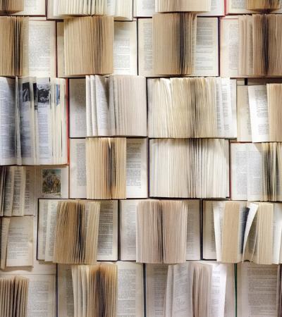 Usar livros antigos para decorar paredes pode ser uma ótima ideia