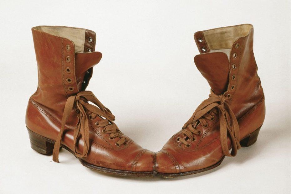 Dois sapatos colados pelas pontas