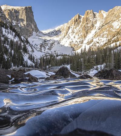 Fotógrafo captura ondas congeladas de lago no Colorado e imagens impressionam