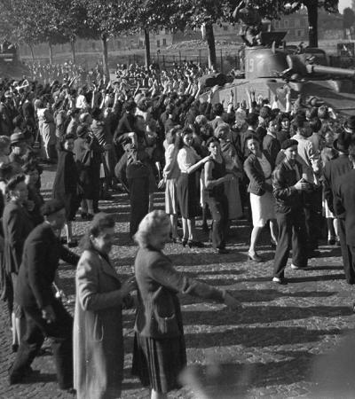 A libertação de Paris após dominação nazista em fotografias raras