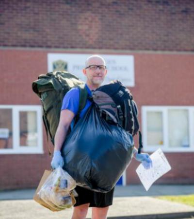 Professor caminha mais de 8 Km por dia para entregar almoços gratuitos para alunos