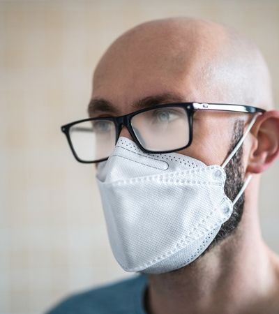 Máscara com óculos? Tutorial mosta como se proteger do coronavírus sem embaçar a lente