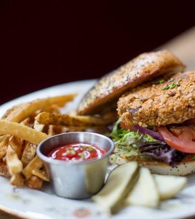 Dia do Hambúrguer: 6 receitas de burgers vegetarianos para saborear além da carne