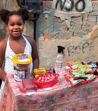 Garota de 7 anos viraliza com barraquinha de doces na porta de casa