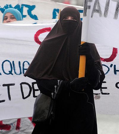 França e a islamofobia que torna obrigatório o uso de máscaras mas proíbe a burca