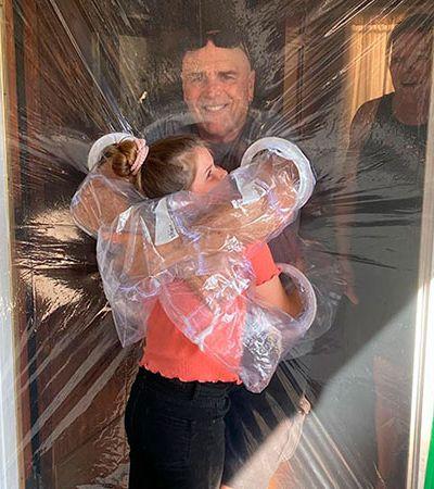 Garota de 10 anos criou cortina de plástico para abraçar avós na quarentena