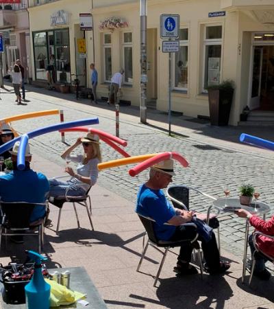 Café alemão cria solução inusitada para obrigar clientes a manter distância recomendada