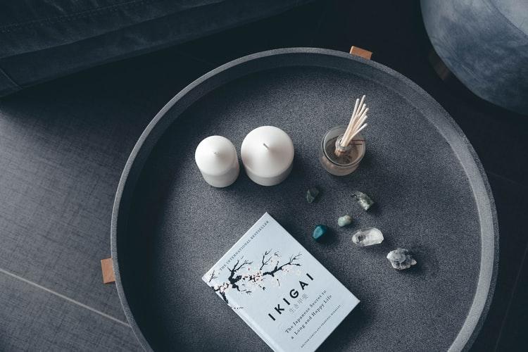 Livro sobre Ikigai em cima de uma mesa de centro