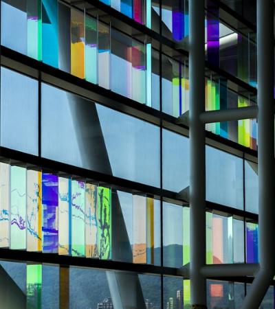 Artista usa tecnologia desenvolvida pela NASA para criar vitrais neon deslumbrantes