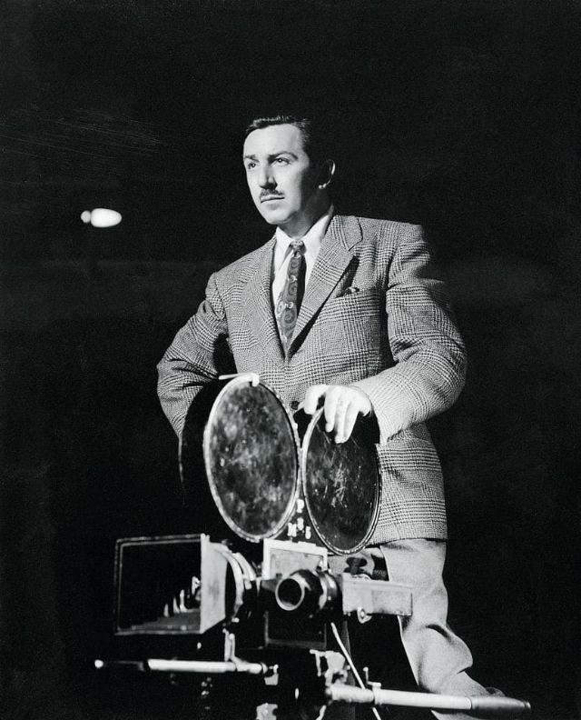 Walt Disney segura uma máquina de projeção