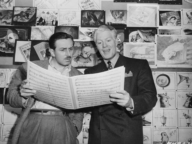 Walt Disney e Eddy Nelson analisam uma partitura, em 1946. (Hulton Archive)