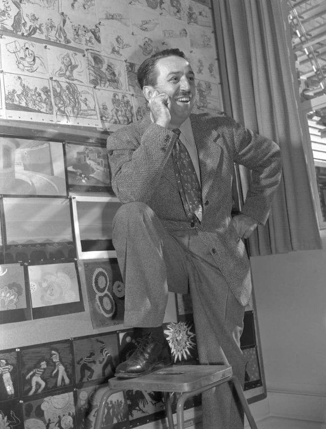 Walt Disney posa em frente a um storyboard do Pato Donald, em 1945. (Earl Theisen)