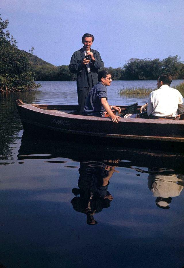 Walt Disney e 2 de seus funcionários em um pequeno barco, no Brasil, 1941.